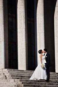 Ifjú házasok a templomi lépcsőn